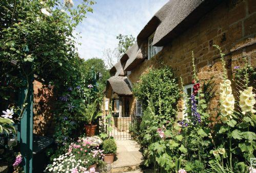 The Glen The Glen is a charming Grade II listed stone cottage. Semi-detached and part thatched, it has an attractive enclosed garden overlooking Ilmington's Norman church. Just 2 miles from Hidcote and Kiftsgate and only 8 miles from Stratford-upon-Avon
