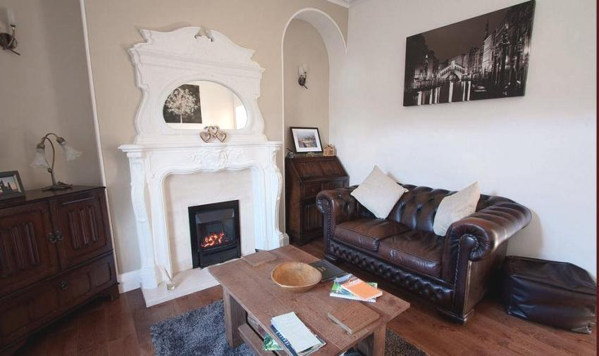 RELAX ON THE LEATHER SOFAS  WHILE WATCHING DVDS, PLAYING CARDS OR JUST READ FROM A SELCTION OF BOOKS - River Bank Cottage