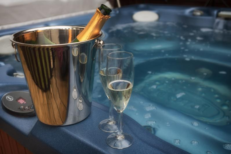 Buzzard hot tub with amazing lake views. - Buzzard Lodge At The Tranquil Otter