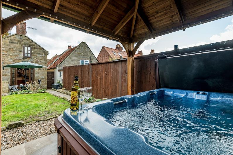 Howdale Cottage Private Hot Tub in rear garden