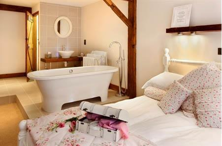 The double bedroom offers a double ended bath and there is also a twin bedroom with ensuite shower room. - Roxy's Roost Cottage