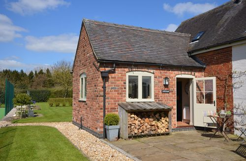 Snaptrip - Last minute cottages - Gorgeous Ashbourne Barn S45339 -