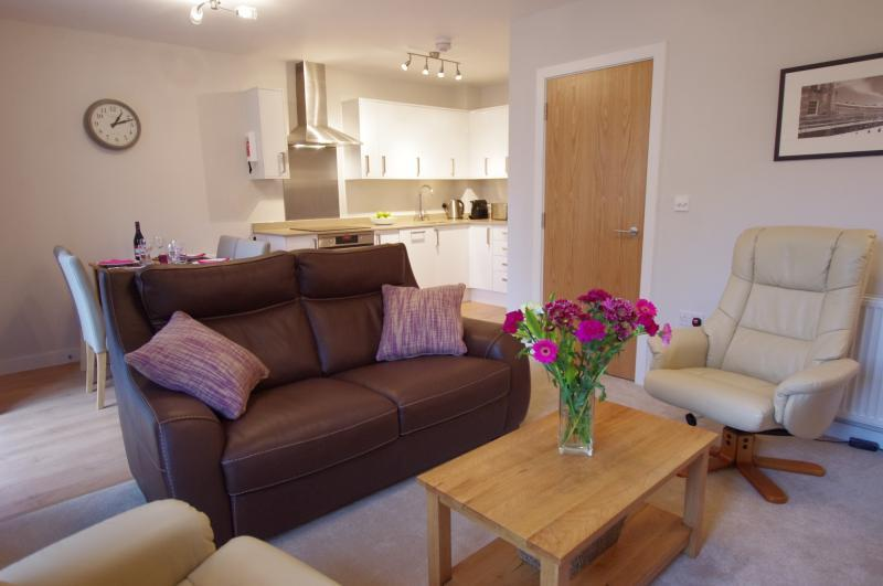 Bath Apartment Breaks - 4 St George's House Open plan living area with snooze-inducing leather recliners and sofa to seat 4 in real comfort