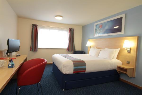 Contemporary double ensuite guest room.  - Travelodge London City Airport