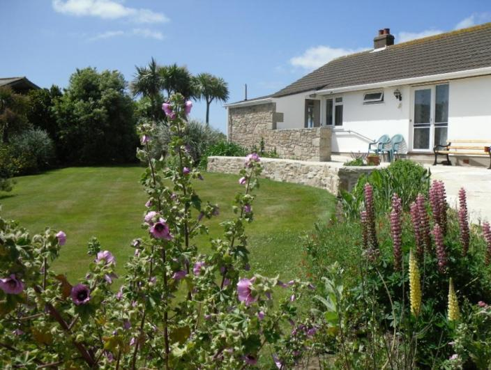 Spacious 3 bed bungalow with views towards Mount's Bay. Set within extensive grounds. - Cuddan Rose Self Catering Accommodation