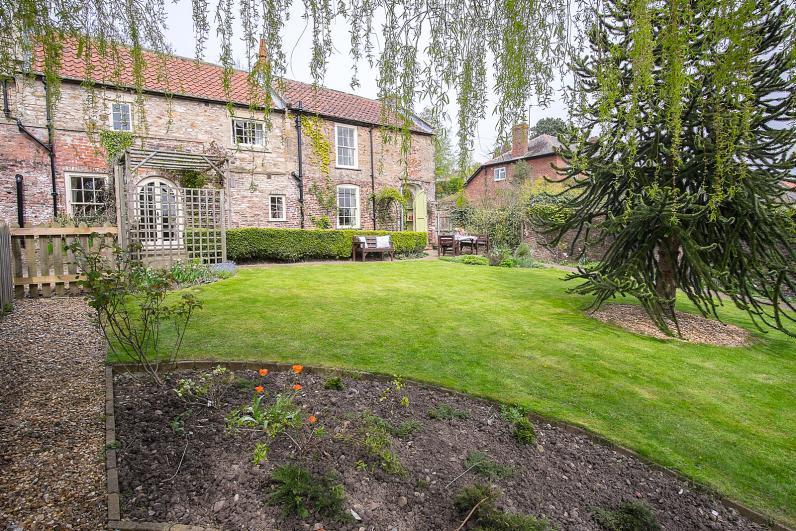 Garden Cottage Charming Victorian cottage in great location 5 mins Richmond town centre & riverside/woodland walks