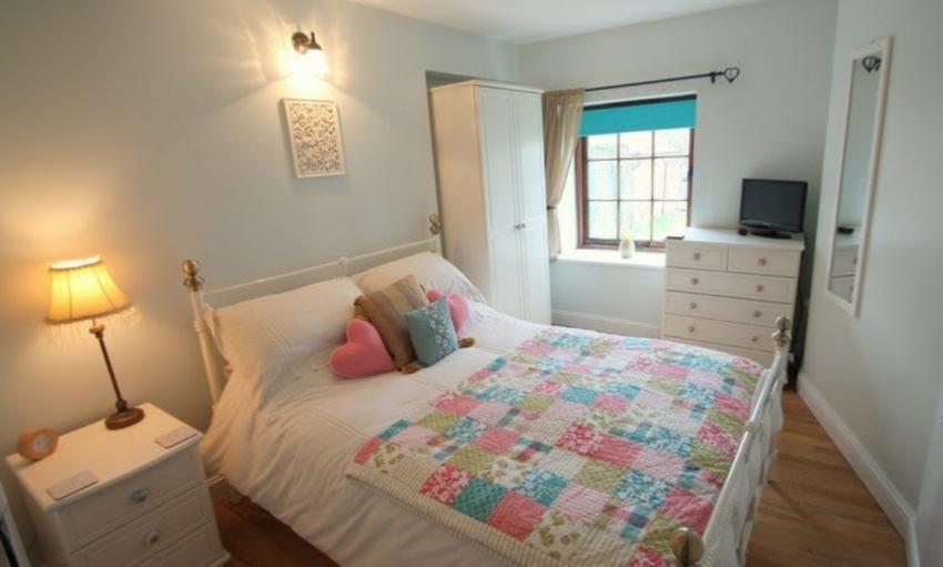 Porlock Hideaway Apartment Double bedroom.