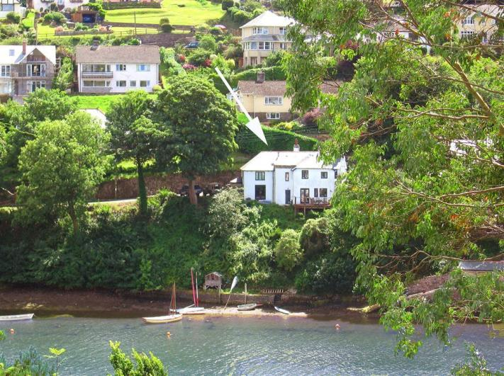 Yew Tree Cottage ext cropped with arrow - Yew Tree Cottage's fantastic waterside location with steps down to the water and mooring. - Yew Tree Cottage Noss Mayo