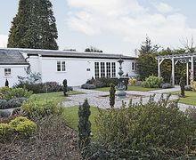 Snaptrip - Holiday cottages - Splendid Deal Cottage S13596 -