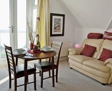 Snaptrip - Last minute cottages - Gorgeous Folkestone Apartment S13635 -