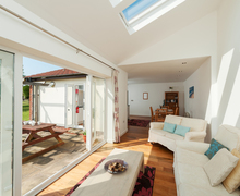 Snaptrip - Last minute cottages - Exquisite East Devon Lodge S76674 -