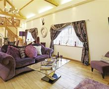 Snaptrip - Last minute cottages - Lovely Lound Cottage S45436 - Large Open Plan Room - View 2