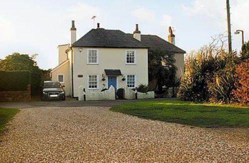 Snaptrip - Last minute cottages - Quaint Selsey Cottage S14018 -