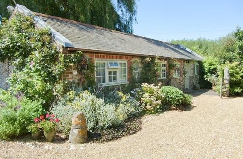 Snaptrip - Last minute cottages - Tasteful Selsey Cottage S14023 -