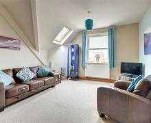 Snaptrip - Last minute cottages - Beautiful Whitby Apartment S57338 - Lounge - View 1