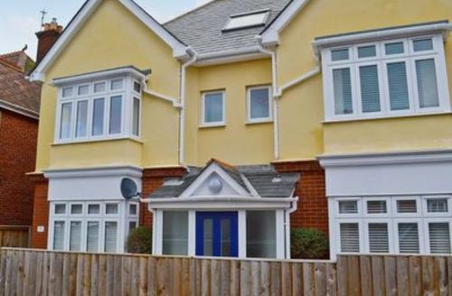 Snaptrip - Last minute cottages - Inviting Cowes Apartment S14223 -