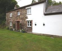 Snaptrip - Last minute cottages - Gorgeous North Cornwall Cottage S37679 - The Stable front door onto garden