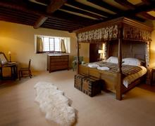 Snaptrip - Last minute cottages - Stunning Conwy Valley Cottage S26938 - Gilar-master-bedrm-14