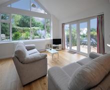 Snaptrip - Last minute cottages - Beautiful Burton Bradstock Cottage S43389 - Pebbles August 2015lounge a