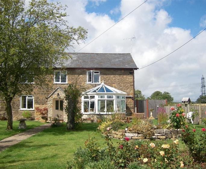 Inviting bridport cottage s43320 grazeland cottage for Country cottage kennel