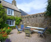 Snaptrip - Last minute cottages - Tasteful South Devon East Portlemouth Cottage S58267 - High House Farm East front crtyard (1)_R