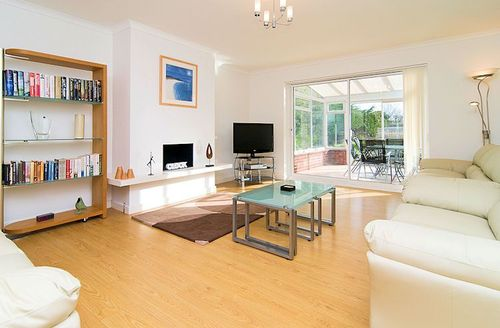 Snaptrip - Last minute cottages - Wonderful Padstow Court S1262 - Living area leading to conservatory