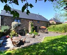 Snaptrip - Last minute cottages - Inviting South Devon Modbury Cottage S58707 - TRAIB patio towards house 2 2012