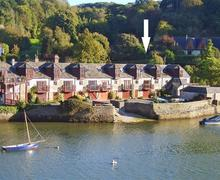 Snaptrip - Last minute cottages - Cosy South Devon Noss Mayo Cottage S58379 - view from across the water-arrow