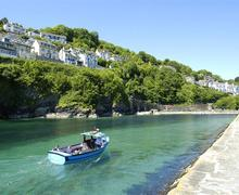 Snaptrip - Last minute cottages - Attractive Cornwall Looe Apartment S58234 - J Looe Harbour Entrance with boat LR