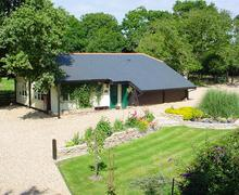 Snaptrip - Last minute cottages - Stunning Bashley Cottage S58884 - aerial closed door