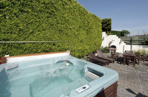 Snaptrip - Last minute cottages - Exquisite Newquay Waters S1268 - Hot tub in the rear garden