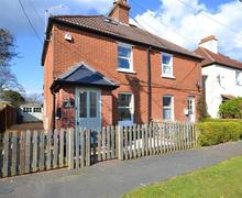 Snaptrip - Holiday cottages - Superb Lymington Cottage S58880 - Pink exterior2_R