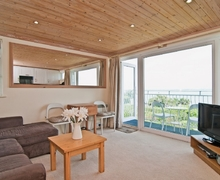 Snaptrip - Last minute cottages - Captivating Cowes Apartment S14218 -