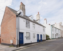 Snaptrip - Last minute cottages - Captivating Cowes Cottage S37522 -