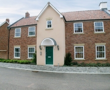 Snaptrip - Last minute cottages - Tasteful Filey Apartment S15068 -