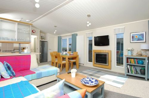 Snaptrip - Last minute cottages - Inviting Kingsbridge Rental S1317 - Living area