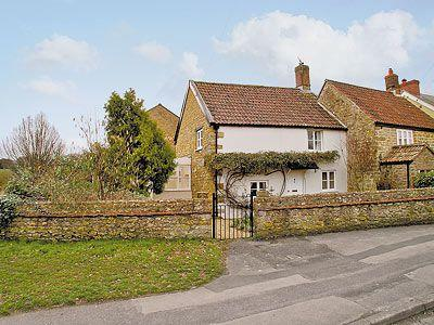 Luxury beaminster cottage s19607 coachmans cottage for Country cottage kennel