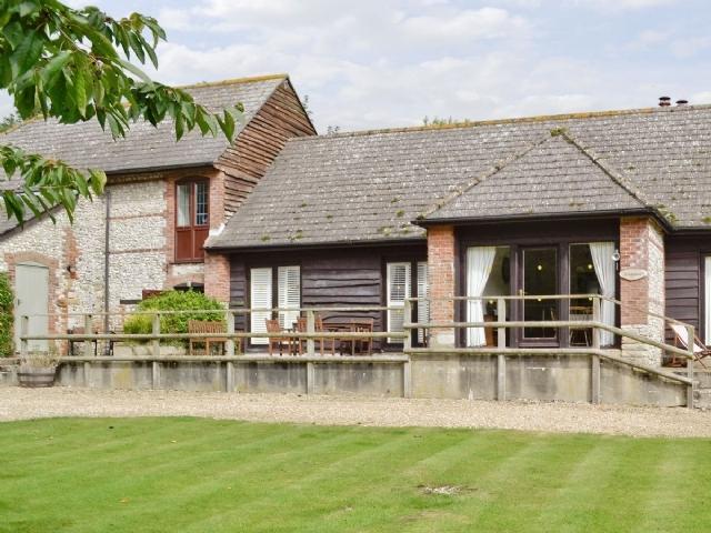 Superb dorchester cottage s19748 huntsman 39 s cottage for Country cottage kennel