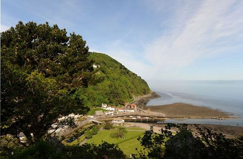 Snaptrip - Last minute cottages - Luxury Lynmouth Apartment S1358 - View accross Lynmouth from Seaview Apartment