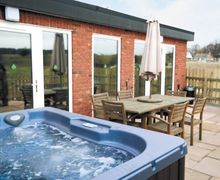 Snaptrip - Last minute cottages - Inviting All Nottinghamshire Lodge S15967 -