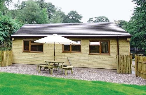 Snaptrip - Last minute cottages - Quaint Leek Lodge S15979 -
