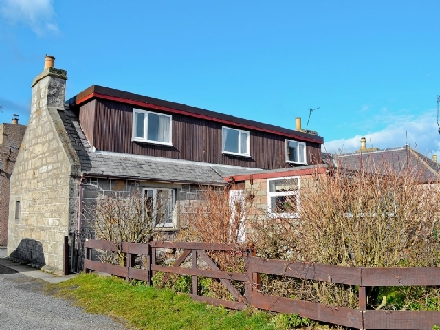 Charming buckie cottage s22814 riverside cottage buckie for Country cottage kennel