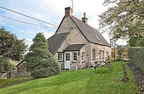 Snaptrip - Last minute cottages - Inviting Cirencester Cottage S16182 -