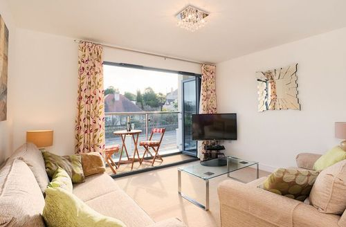 Snaptrip - Last minute cottages - Gorgeous Torquay Rental S1379 - Living area with access to the balcony