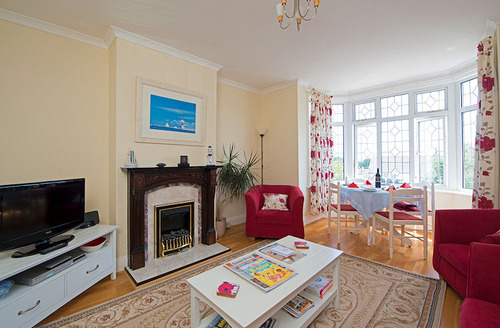 Snaptrip - Last minute cottages - Attractive Sandown Apartment S1392 - Light and airy living and dining room