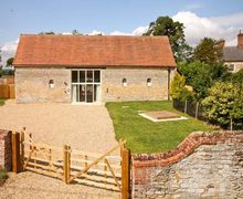 Snaptrip - Last minute cottages - Attractive Sleaford Barn S2339 -