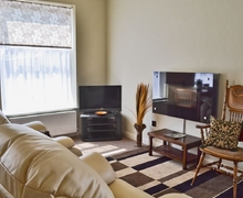 Snaptrip - Holiday cottages - Attractive Glossop Apartment S16598 -