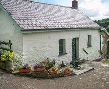 Snaptrip - Last minute cottages - Attractive Carmarthen Farm S5801 -