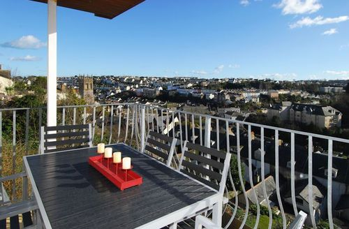 Snaptrip - Last minute cottages - Cosy Brixham Villa S1425 - Furnished balcony with views over Brixham