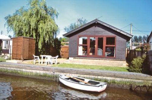 Snaptrip - Last minute cottages - Excellent Brundall Cottage S17042 -